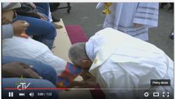 Całowanie stóp - Franciszek